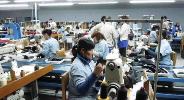 Empleo manufacturero tiene en febrero su peor caída en más de una década